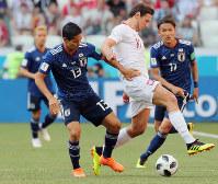 【日本-ポーランド】前半、ボールを奪い合う武藤(左)=ロシア・ボルゴグラードで2018年6月28日、長谷川直亮撮影