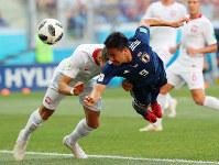 【日本-ポーランド】前半、ヘディングでゴールを狙う岡崎=ロシア・ボルゴグラードで2018年6月28日、長谷川直亮撮影