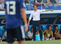 【日本-ポーランド】前半、選手に指示を出す西野監督=ロシア・ボルゴグラードで2018年6月28日、長谷川直亮撮影