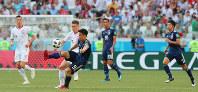 【日本-ポーランド】前半、ボールをキープする岡崎(手前)=ロシア・ボルゴグラードで2018年6月28日、長谷川直亮撮影