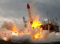 打ち上げ直後に落下し、爆発する小型ロケットMOMO2号機=北海道大樹町で2018年6月30日午前、インターステラテクノロジズ提供の動画から