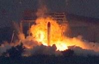 打ち上げで上昇した後に落下して爆発する小型ロケット「MOMO(モモ)」2号機=北海道大樹町で2018年6月30日午前5時29分、貝塚太一撮影