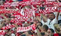 真剣な表情でピッチの選手たちを見つめるポーランドサポーター=ロシア・ボルゴグラードで2018年6月28日、長谷川直亮撮影