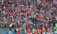 サウジアラビア戦でロシアの2点目のゴールが決まり、歓喜するロシアサポーター=ロシア・モスクワのルジニキ競技場で2018年6月14日、長谷川直亮撮影