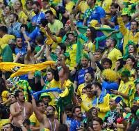 コスタリカに2-0で勝利し、大騒ぎするスタンドのブラジルのサポーター=ロシア・サンクトペテルブルクで2018年6月22日、長谷川直亮撮影
