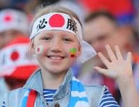 「必勝」の鉢巻きをして日本対セネガル戦を観戦に訪れたロシアの女の子=ロシア・エカテリンブルクで2018年6月24日、長谷川直亮撮影