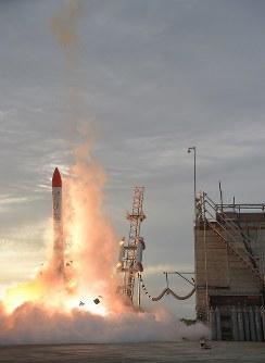 打ち上がった後、落下し爆発する小型ロケット「MOMO(モモ)」2号機=北海道大樹町で2018年6月30日、貝塚太一撮影(リモートカメラ使用)
