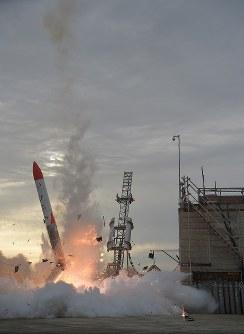 打ち上がった後、落下し真っ二つに折れる小型ロケット「MOMO(モモ)」2号機=北海道大樹町で2018年6月30日、貝塚太一撮影(リモートカメラ使用)