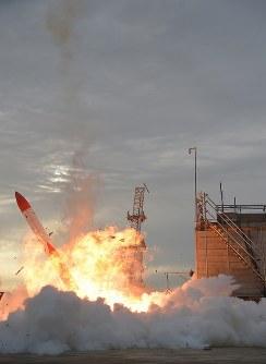 打ち上がった後、落下して炎上する小型ロケット「MOMO(モモ)」2号機=北海道大樹町で2018年6月30日、貝塚太一撮影(リモートカメラ使用)