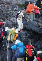 7月1日の山開きを前に、富士山に登る人たち=富士山吉田口八合目付近で2018年6月30日午後4時46分、玉城達郎撮影