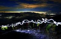 日の出を拝もうと山頂を目指す登山者のヘッドライトの光跡=山梨県富士吉田市の富士山吉田口8合目で2018年6月30日午後8時10分、手塚耕一郎撮影(40秒露光)