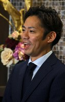 Former world champion Daisuke Takahashi announces his return to competitive figure skating at a press conference in Tokyo's Minato Ward on July 1, 2018. (Mainichi)