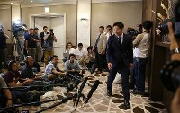 Former world champion Daisuke Takahashi enters a press conference room to announce his return to competitive figure skating in Tokyo's Minato Ward on July 1, 2018. (Mainichi)