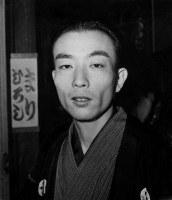 Rakugo storyteller Katsura Utamaru is seen in June 1967. (Mainichi)