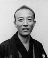 Rakugo storyteller Katsura Utamaru is seen in August 1980. (Mainichi)