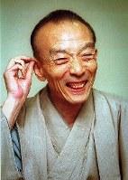 Rakugo storyteller Katsura Utamaru is seen in Yokohama's Minami Ward on Nov. 26, 1999.