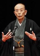 Rakugo storyteller Katsura Utamaru performs at Sojo University in the city of Kumamoto on July 29, 2010. (Mainichi)