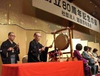 Rakugo storyteller Katsura Utamaru, second from left, plays a drum at a ceremony to celebrate the 80th anniversary of the rakugo arts association. (Mainichi)