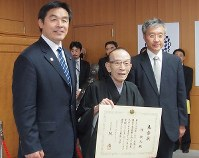 Rakugo storyteller Katsura Utamaru, chairman of the rakugo arts association, holds a certificate of commendation from the minister of education, culture, sports, science and technology at an award ceremony at the ministry on May 31, 2016. (Mainichi)
