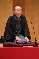 Rakugo storyteller Katsura Utamaru performs with an oxygen inhaler in Tokyo's Chuo Ward on March 23, 2017. (Mainichi)