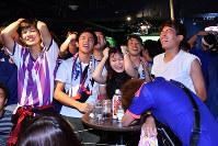 ベルギーの決勝ゴールに、肩を落とす日本のサポーターたち=東京都渋谷区で2018年7月3日午前4時51分、渡部直樹撮影