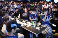 日本がベルギーに敗れ、肩を落とすサポーターたち=東京都渋谷区で2018年7月3日午前4時55分、渡部直樹撮影