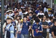 日本の敗戦に悔しい表情で、引き揚げるサポーターら=東京都渋谷区で2018年7月3日午前5時29分、渡部直樹撮影