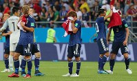 【ベルギー-日本】逆転負けでベスト8を逃してぼう然とする本田(左手前)ら日本代表の選手たち=ロシア・ロストフナドヌーで2018年7月2日、長谷川直亮撮影