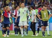 【ベルギー―日本】ベルギーに敗れ、サポーターにあいさつに向かうGK川島(中央)ら日本代表の選手たち=ロシア・ロストフナドヌーで2018年7月2日、長谷川直亮撮影