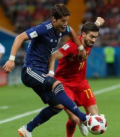 【ベルギー―日本】後半、ボールを奪い合う酒井宏(左)とベルギーのカラスコ=ロシア・ロストフナドヌーで2018年7月2日、長谷川直亮撮影