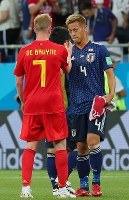 【日本―ベルギー】試合後、ベルギーのデブルイネ(左)と健闘をたたえ合う本田=ロシア・ロストフナドヌーで2018年7月2日、長谷川直亮撮影