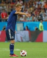 【ベルギー―日本】後半、FKからゴールを狙う本田=ロシア・ロストフナドヌーで2018年7月2日、長谷川直亮撮影