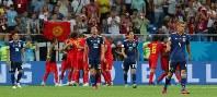 【ベルギー―日本】試合終了間際、ベルギーのシャドリに決勝ゴールを決められ、ぼう然とする本田(右端)ら日本代表の選手たち。奥は歓喜するベルギーの選手たち=ロシア・ロストフナドヌーで2018年7月2日、長谷川直亮撮影