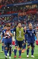 【ベルギー-日本】ベルギーに敗れ、サポーターにあいさつに向かう長友(中央右)、岡崎(中央左)ら日本代表の選手たち=ロシア・ロストフナドヌーで2018年7月2日、長谷川直亮撮影
