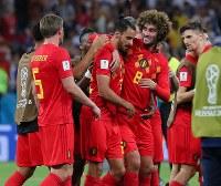 【ベルギー―日本】日本に逆転勝ちし、決勝ゴールを決めたシャドリ(中央)を祝福するベルギーの選手たち=ロシア・ロストフナドヌーで2018年7月2日、長谷川直亮撮影