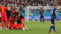 【ベルギー-日本】逆転負けでベスト8を逃して立ち尽くす長谷部(奥)と本田(手前右)。左は勝利を喜ぶベルギーの選手たち=ロシア・ロストフナドヌーで2018年7月2日、長谷川直亮撮影