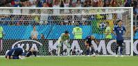 【ベルギー-日本】試合終了間際、ベルギーのシャドリに決勝ゴールを決められ肩を落とすGK川島(中央)ら選手たち=ロシア・ロストフナドヌーで2018年7月2日、長谷川直亮撮影