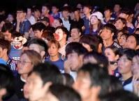 日本がベスト8進出を逃し、肩を落とすサポーターたち=大阪市浪速区で2018年7月3日午前4時56分、平川義之撮影