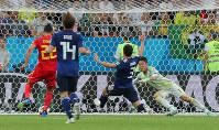 【ベルギー-日本】試合終了間際、ベルギーのシャドリ(左端)に決勝ゴールを決められる=ロシア・ロストフナドヌーで2018年7月2日、長谷川直亮撮影