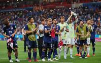 【ベルギー-日本】ベルギーに敗れ、サポーターにあいさつする長友(中央)ら日本代表の選手たち=ロシア・ロストフナドヌーで2018年7月2日、長谷川直亮撮影