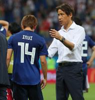 【ベルギー-日本】試合後、乾(左)をねぎらう西野監督=ロシア・ロストフナドヌーで2018年7月2日、長谷川直亮撮影