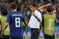 【ベルギー-日本】試合後、原口(左)をねぎらう西野監督(中央)=ロシア・ロストフナドヌーで2018年7月2日、長谷川直亮撮影