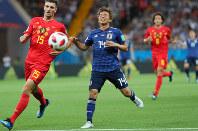 【ベルギー-日本】前半、ボールを追う乾(中央)=ロシア・ロストフナドヌーで2018年7月2日、長谷川直亮撮影