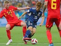 【ベルギー-日本】前半、ボールをキープする大迫(中央)=ロシア・ロストフナドヌーで2018年7月2日、長谷川直亮撮影
