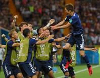 【ベルギー-日本】後半、原口(右)が先制ゴールを決め、歓喜してチームメートの元に飛び込む=ロシア・ロストフナドヌーで2018年7月2日、長谷川直亮撮影