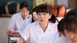 NHK連続テレビ小説「半分、青い。」。左耳を失聴したため、永野芽郁さん演じる楡野鈴愛は付け耳で音を聞こうとする=NHK提供