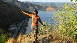 ウォーキングする人でにぎわう早朝の「クリスト・レイ」。陽気な女性がポーズを取ってくれた(写真は筆者撮影)