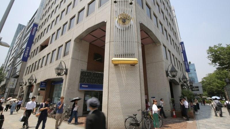 東京都内で最も路線価が上昇した港区北青山3のみずほ銀行青山支店前=玉城達郎撮影