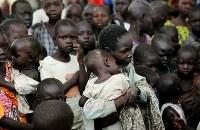 木陰に集まる子供たち。この集落には牛の奪い合いによる争いを逃れた人たちが住み、食べ物がないため野草を摘んで食べているという=南スーダン・テレケカで2018年4月16日、小川昌宏撮影