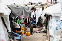 ジュバ市内の国内避難民キャンプで暮らす人たち。国連の保護下にない避難民も大勢溢れている=南スーダン・ジュバで2018年4月29日、小川昌宏撮影